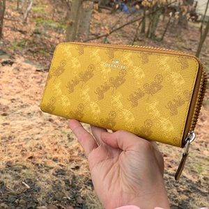 Authentic Coach Coated leather accordion wallet🌼